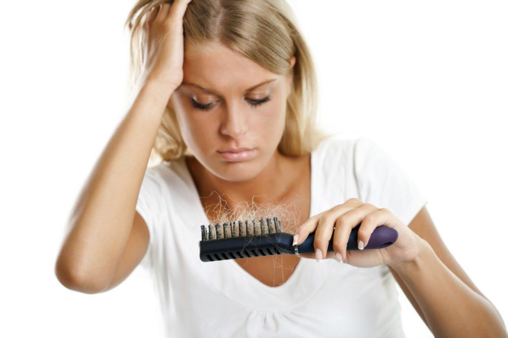 Чому випадає волосся у жінок